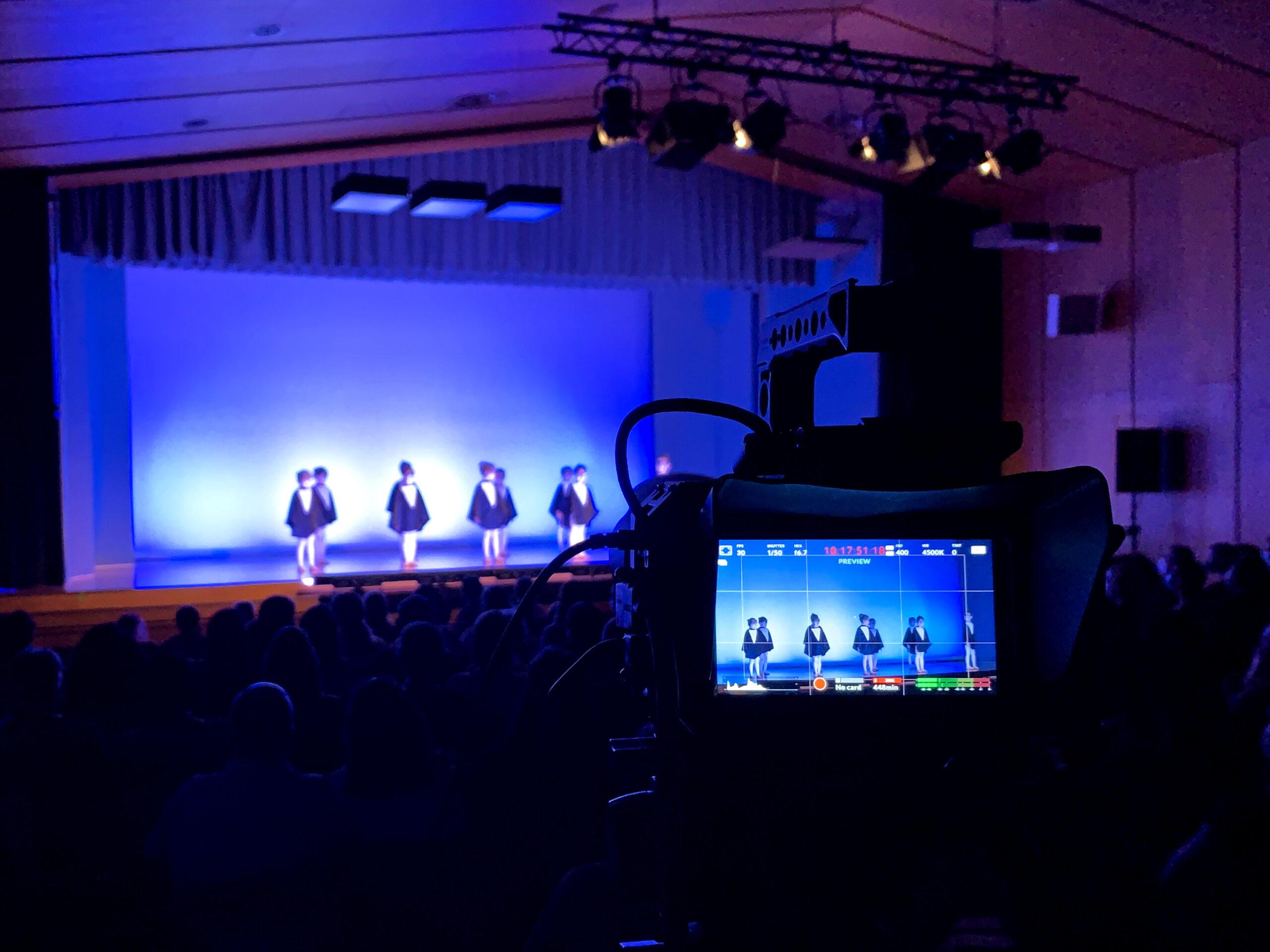 Ballettaufführung mit Kindern auf Bühne, die Bühne ist blau-weiss eingefärbt